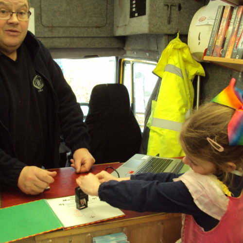 Uist mobile driver Donald Ewen showing the rope to a little girl - 2018